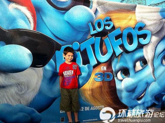 蓝精灵村庄吸引了大量的小朋友参观