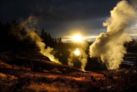 美国黄石国家公园诺里斯间歇泉景区在日暮时的景观(8月7日摄)。