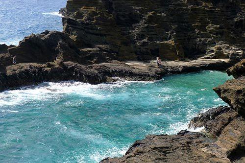 海浪不断拍打岩石