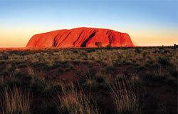 为全世界最大的单块巨石,三百多米高的艾尔斯岩算得上整个澳洲乃至南半球的地标性景观。