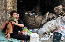 人们和垃圾生活在一起。苍蝇们落在妈妈的乳房上和孩子的脸上。旁边是男人在劳作,他们在垃圾堆里翻找,分类,扬起的尘土同样落在妈妈的乳房上,孩子的脸上。