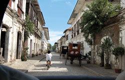 从calesa马车的后窗看维甘的街景。