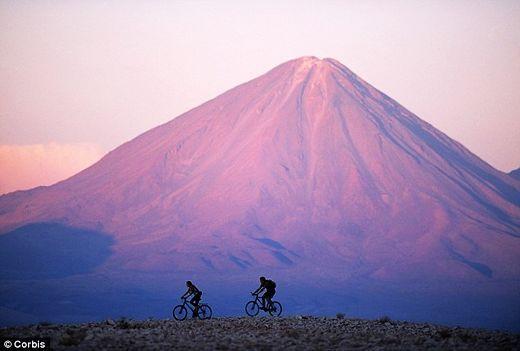 守卫着这阿塔卡玛沙漠的雷堪克博火山,位于智利和玻利维亚边缘,是众多火山中最显著的一座。