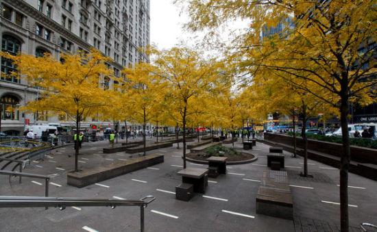 紐約市政府15日凌晨突擊清理佔領華爾街運動根據地祖科蒂公園,圖為清理乾淨後的公園。(圖片來源:紐約時報)