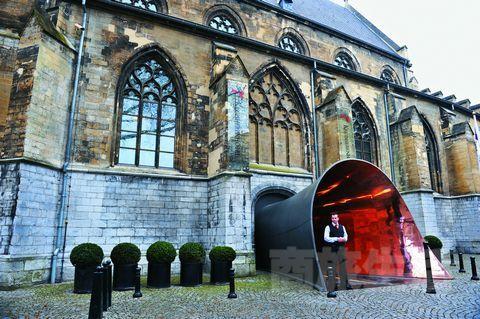 1.酒店的入口像个金色的大喇叭,它从古老的修道院门中伸出,吸引路人进入它神秘的世界。