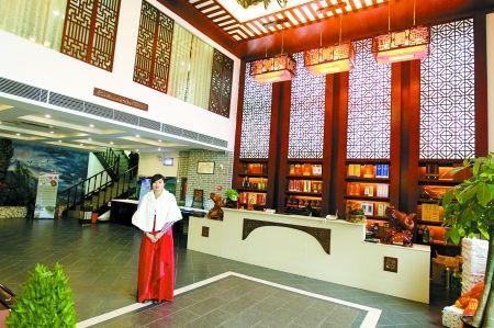 徽老式建筑的味道……   这位店老板姓王,他认为,开饭店是一个不断图片