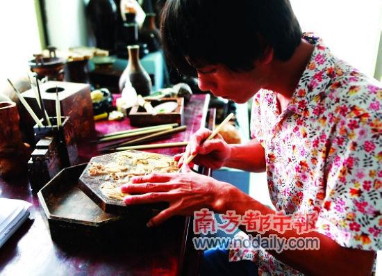 吴名驹是海南最年轻的民间椰雕大师