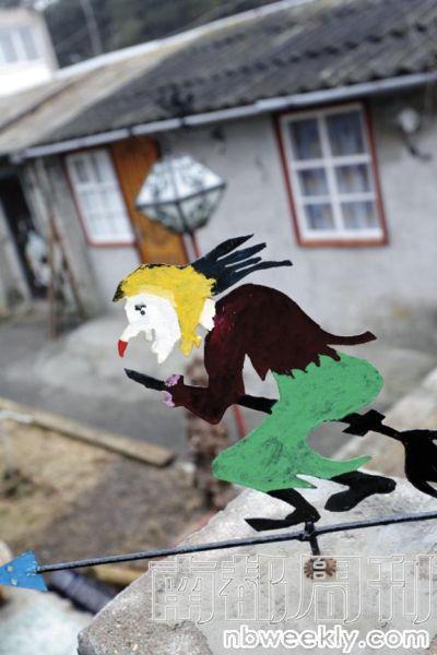 """小镇尼达的房子很多都刷上各种颜色,连屋顶上的""""小巫师""""装饰也不例外。"""