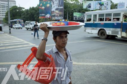 昂山将军大街,往市场去的小商贩