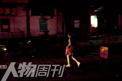 前往夜总会的女孩,在仰光很少见到穿短裙的女孩,夜总会也屈指可数