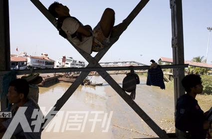仰光河上的码头搬运工人