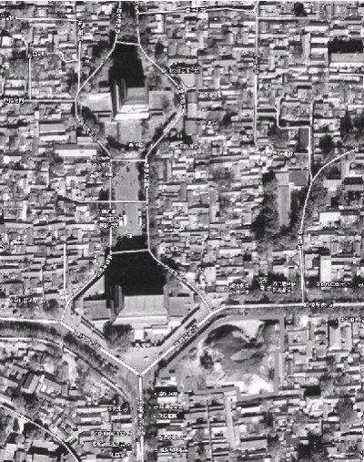 卫星照片显示,鼓楼东南角(图中白框内区域)已经被夷为平地.