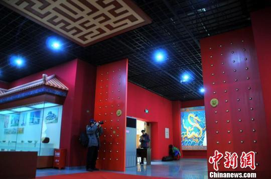 巨大的朱红色仿制城门和依照故宫博物院制作的装饰,使参观者仿佛来到了故宫。 马新龙 摄