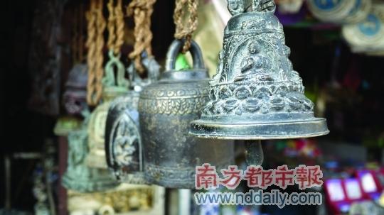 老市场里出售的铜铃铛。