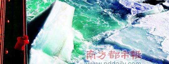 在甲板上看船的破冰操作。