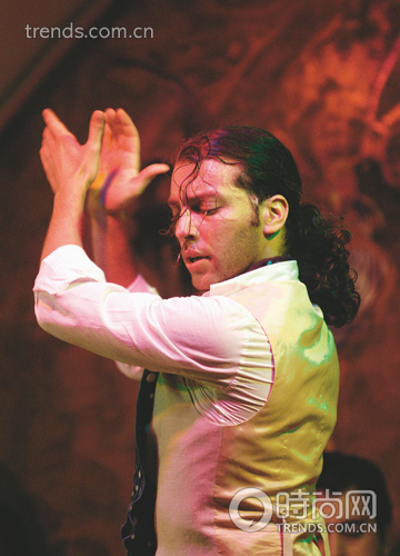 和弗拉明戈舞同样令人看了心醉却又有着鲜明的不同,这种舞蹈节奏欢快,少了弗拉明戈那份流浪的沧桑,多了爱情的甜蜜与挑逗。