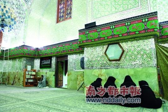 设拉子的伊玛姆纪念馆全部以镜片装饰内墙,华丽炫目如水晶宫殿。一身黑袍的女性在男女分开的大厅里礼拜、静思。