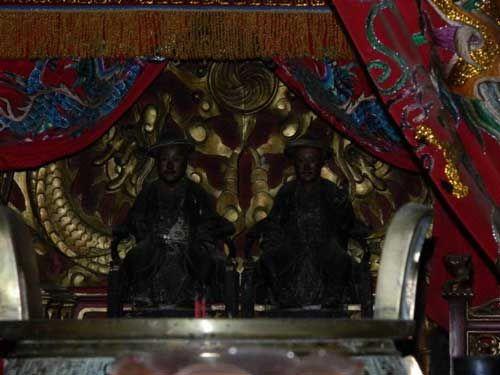 供奉的两位华族抗荷英雄。(印度尼西亚《星洲日报》)