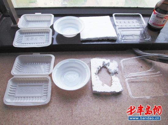 通过实验发现,倒入乙酸乙酯后,PP一次性塑料饭盒、无标识一次性塑料碗 、发泡塑料板、PS一次性塑料透明饭盒(从左至右)分别出现了底部变软变薄、物理扭曲 、被烧穿、底部溶化现象。