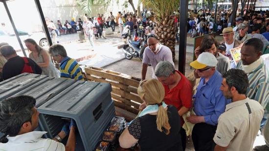 雅典街头为无家可归者发放食物。(图片来源:CBCNEWS)