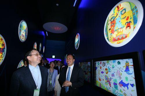 6月14日,中国驻韩国大使张鑫森一行参观中国馆