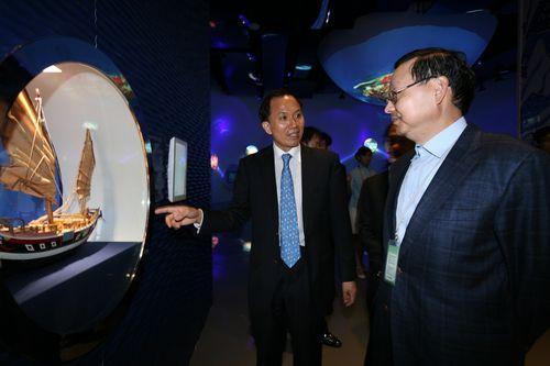 6月14日,中国驻韩国大使张鑫森一行参观中国馆,中国馆政府代表、馆长赵振格全程陪同并做详细讲解。