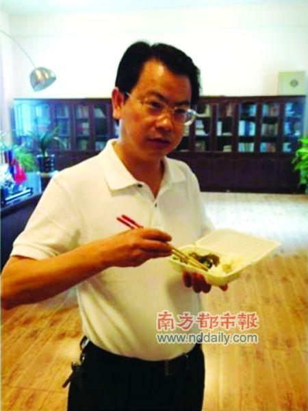 湖南省祁东县委书记在办公室吃盒饭的照片,引发网友对其作秀的质疑。图片来源:新浪微博
