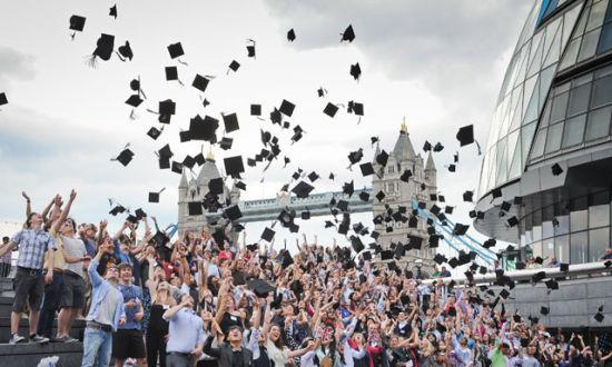 """专题一配图:5月31日,295名在英国就读的大学生同时齐扔学士帽,打破了吉尼斯世界纪录。奥运会之前,伦敦已经有全民参与的数十项马拉松竞技,成千上万名伦敦人因此充分享受了""""破纪录""""的快乐。"""