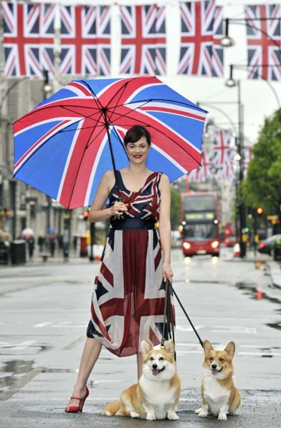 专题二配图:伦敦的街头,成了一个活的秀场,有新锐的设计,随意的走秀,不论是T台还是街头的艺术,色彩的搭配都刚刚好。