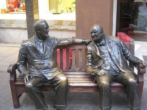 专题二配图之在伦敦Mayfair新邦德街和老邦德街的交界,你可以和丘吉尔和罗斯福分享一张板凳。两位已经成为这条全球顶级购物街的代言人。
