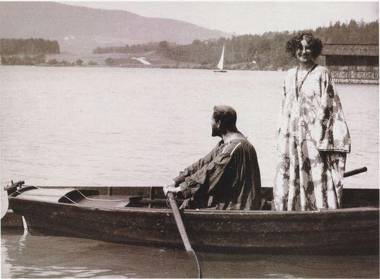 克里姆特和艾米丽・弗罗杰常在夏日身着他们自己设计的长袍结伴同游阿特斯湖。