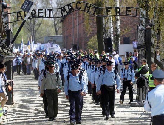 """(奧斯威辛集中營門口掛着Arbeit macht frei""""勞動帶來自由""""的口號。圖片來源:路透社)"""