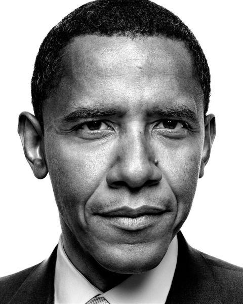 """2007年,Platon为正在竞选成为新一任美国总统的奥巴马拍摄头像。 Platon从这匹""""黑马""""的眼神中读到了谨慎与紧张 (Platon摄影作品)"""