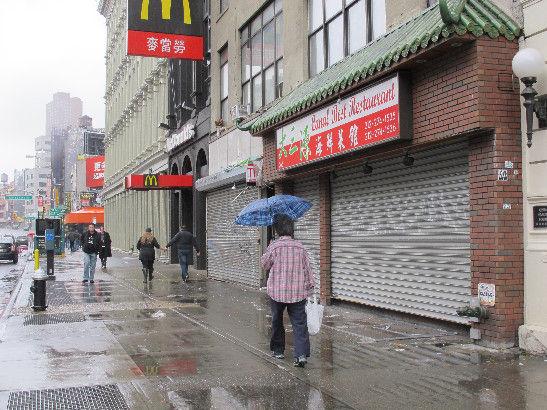 """纽约曼哈顿下城区的中国城受飓风""""桑迪""""影响商铺、餐馆几乎全部关店歇业。"""