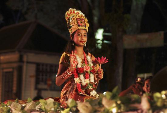 越来越多的印度人开始摒弃传统陶制油灯,插上中国造的缤纷电子彩灯。(图片来自:路透社)