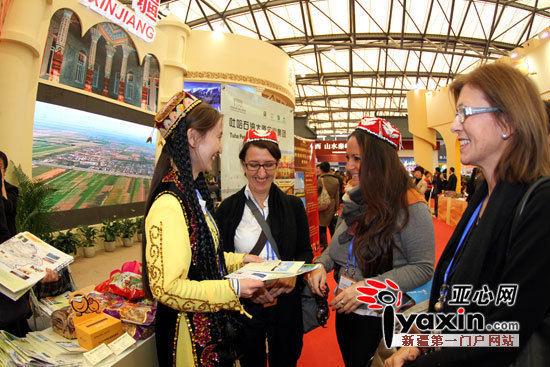 国外参展商和新疆代表团交流.。亚心网记者 迪里夏提・霍加阿合买提 摄影