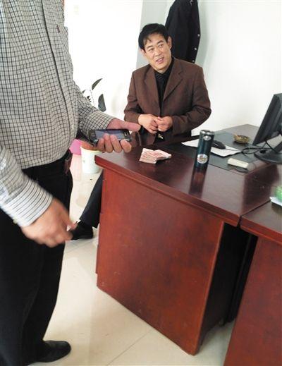 10月29日,献县国税局稽查局办公室内,一名企业主交了两万元现金在桌上。新京报记者 孟祥超 摄