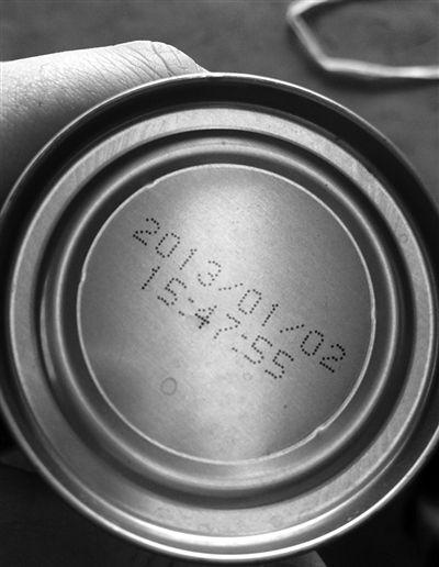 """北京禧宝露饮料有限责任公司,生产车间打码机显示,2012年12月21日生产的三元核桃花生乳,喷印信息(生产日期)为2013年1月2日,左侧两图为""""早产""""的三元核桃花生乳。"""