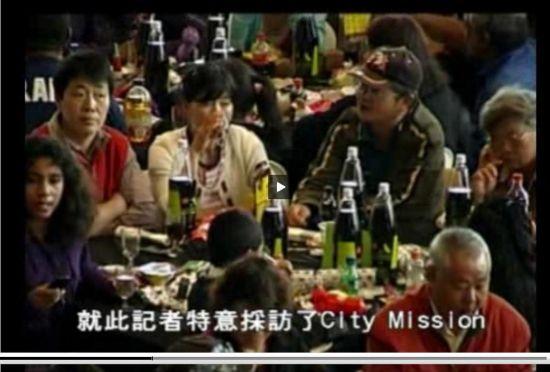 几名貌似中国游客的就餐者。(新西兰中华电视网新闻截图)