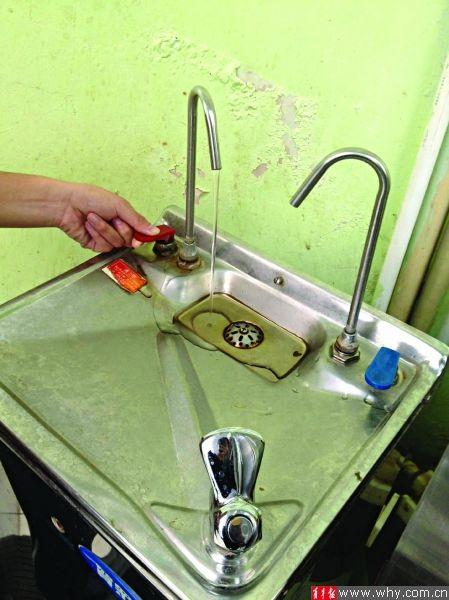 舒适堡直饮水处积有水垢。