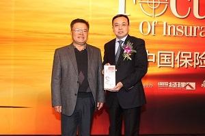 中国保监会原副主席唐运祥为年度最佳中资经理人颁奖,中国人保财险执行副总裁降彩石代领