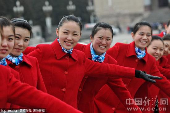 图为美女礼仪在天安门广场外接待宾客,卖萌秀俏皮.林梦/摄图片