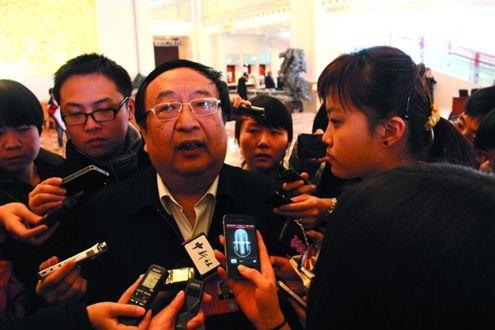 发改委副主任朱之鑫接受记者采访。