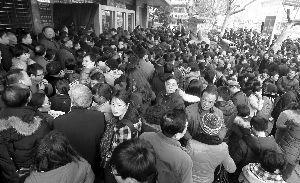 早上市民排长队,等华侨路交易中心开门
