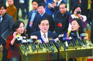 刚刚步入会场的代表就被各路记者包围。本报记者 程功 摄