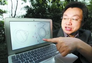 肖文均展示他的沙井防坠围栏的设计图。重庆晨报首席记者 高科 摄