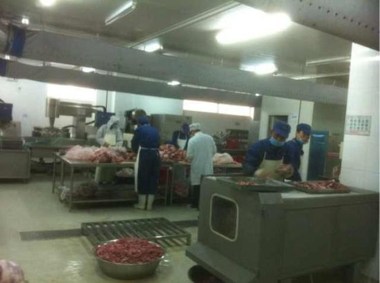 湘鄂情员工为灾民准备食物