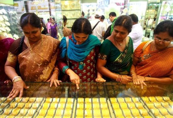 据说,印度人消费的大部分黄金都是为了女儿的嫁妆。有不少印度家庭,父母一辈子的积蓄都花在了女孩的嫁妆和婚礼仪式上。