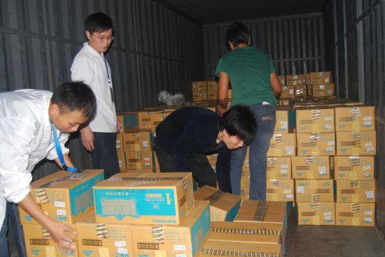雅安地震后宝宝奶粉急缺,海王喜安智紧张备货运往。(图片来源:新浪财经)