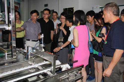 青岛兴仪电子设备有限责任公司总工为参观的中央级媒体讲解